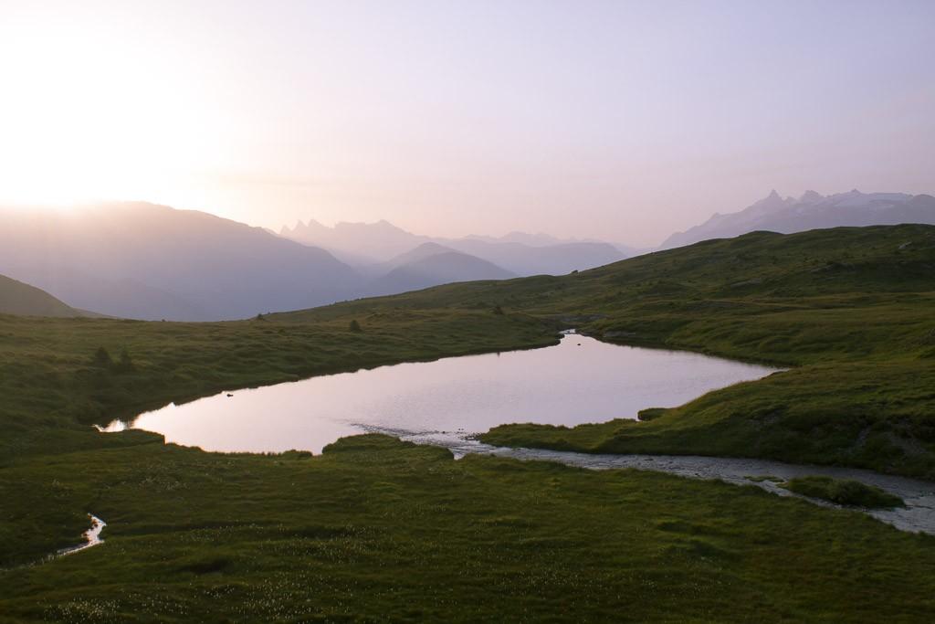 lever de soleil sur le plateau des lacs du massif du taillefer