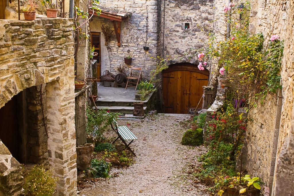 petite cour intérieure du village de sainte croix