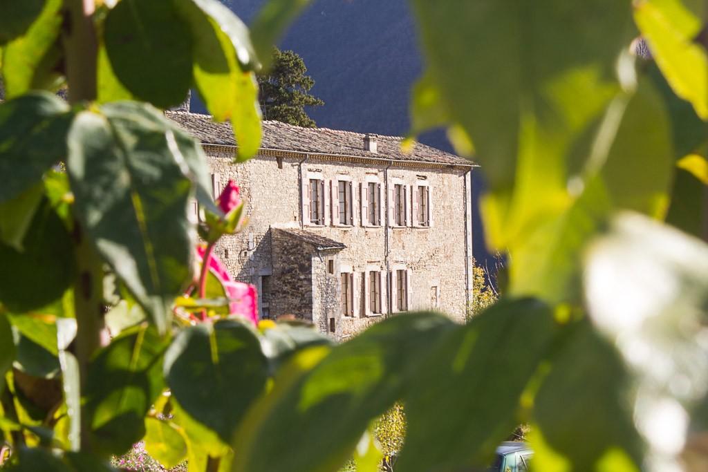 le monastère de sainte croix à travers les roses