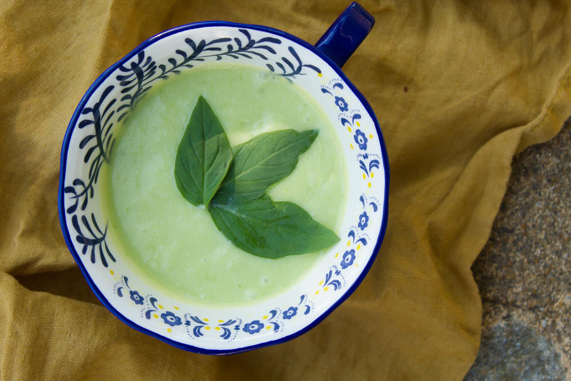 soupe de courgettes crues et basilics
